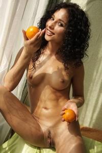 Model Isabella in Juicy Fruit