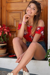 Model Kaitlin in Postcard Frajiliana